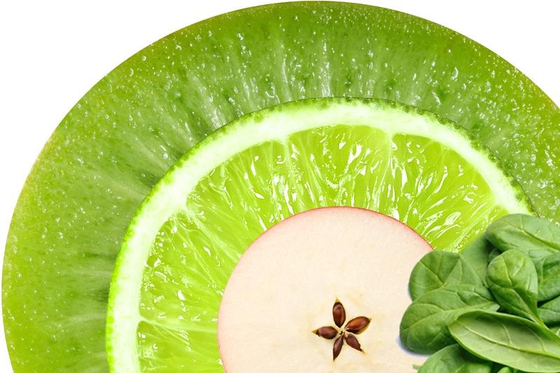 Juicing kiwi, citron, épinard, pomme