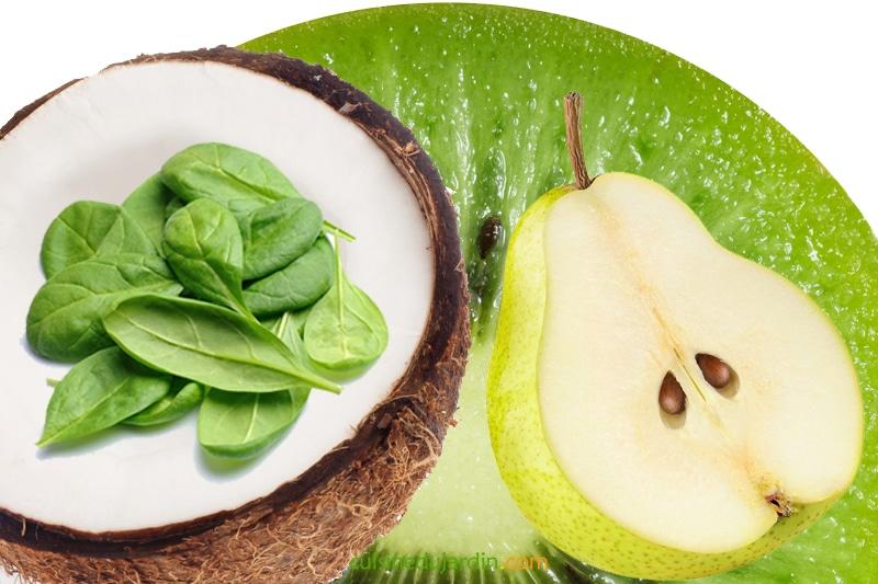 Juicing épinard, poire, kiwi, coco