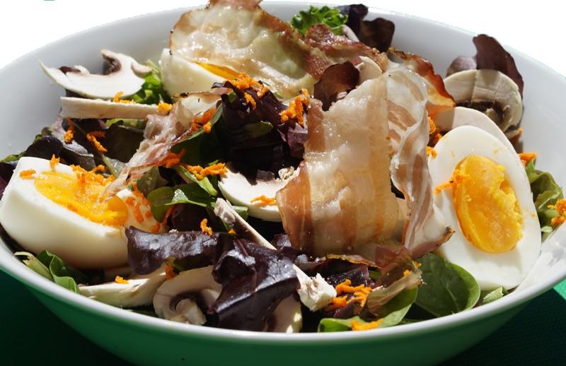 Salade champignon, oeuf mollet, lard grillé et curcuma