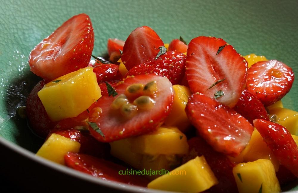 Fraises aux fruits exotiques et menthe fraîche