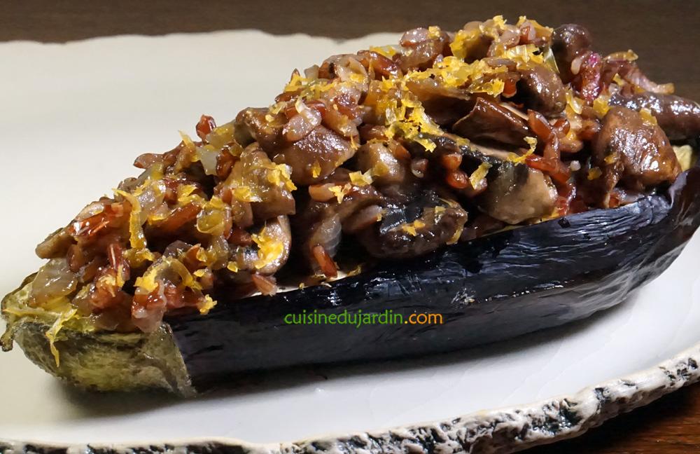 Aubergine fondante, riz sauvage, champignons et oignons rouges sautés