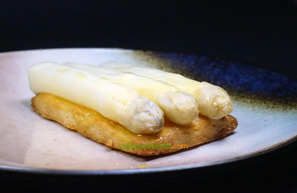 Pointes d'asperges blanches à l'huile d'olive sur sablé parmesan