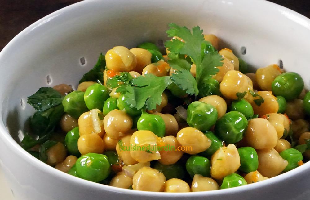 Salade de pois chiche et petits pois, herbes fraîches et curcuma
