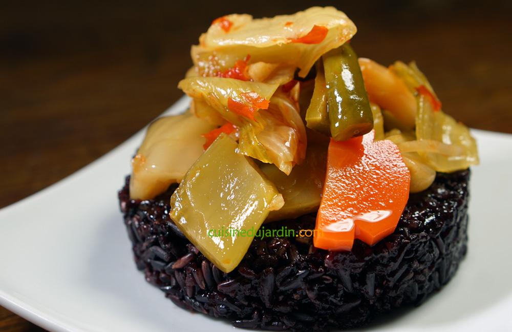 Chaud froid de riz noir et kim chi de légumes pimentés