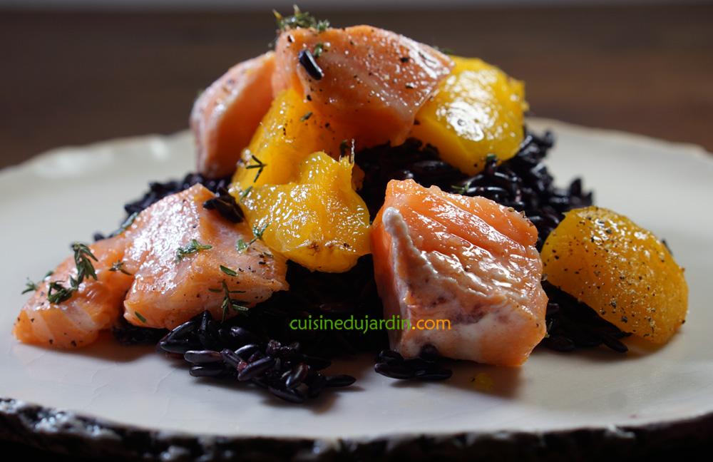 Riz noir craquant et moelleux, saumon mi-cuit et mangue au thym